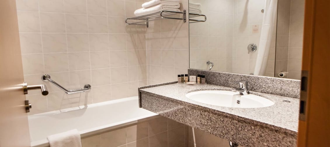Bathroom-at-Clayton-Hotel-leeds-1130x505_c