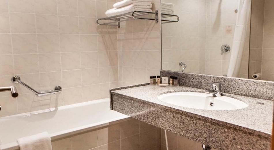 Bathroom-at-Clayton-Hotel-leeds-1130x505_c